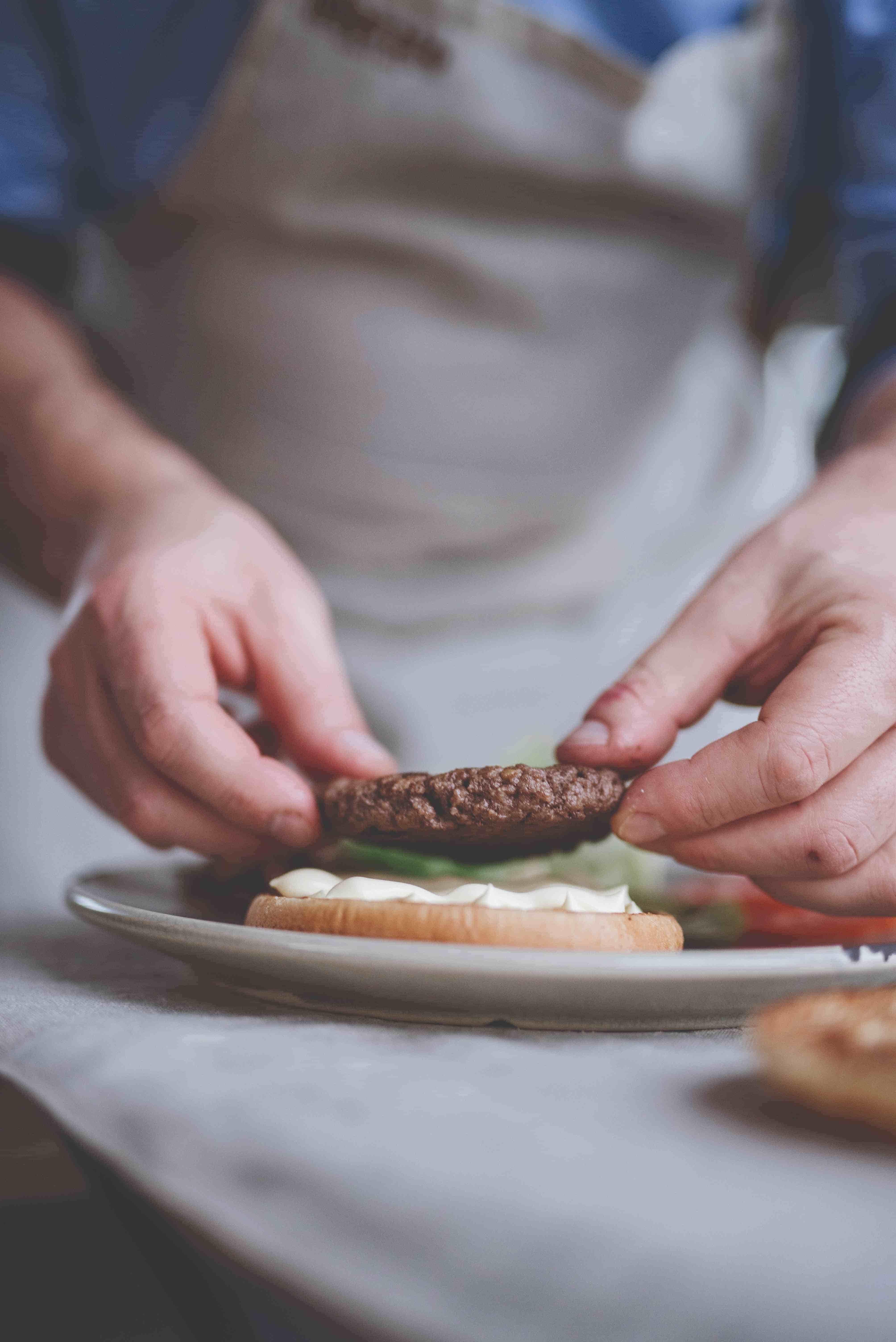 Hamburger con cipolla e uovo all'occhio di bue
