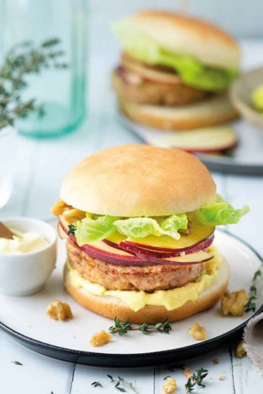 Chicken burgers with curried mayonnaise, apple and walnuts