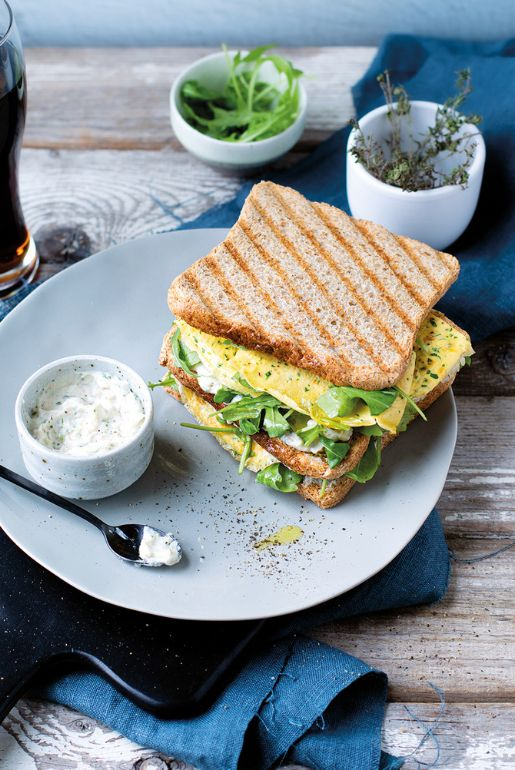 Wholewheat sandwich with crêpe on creamed beans