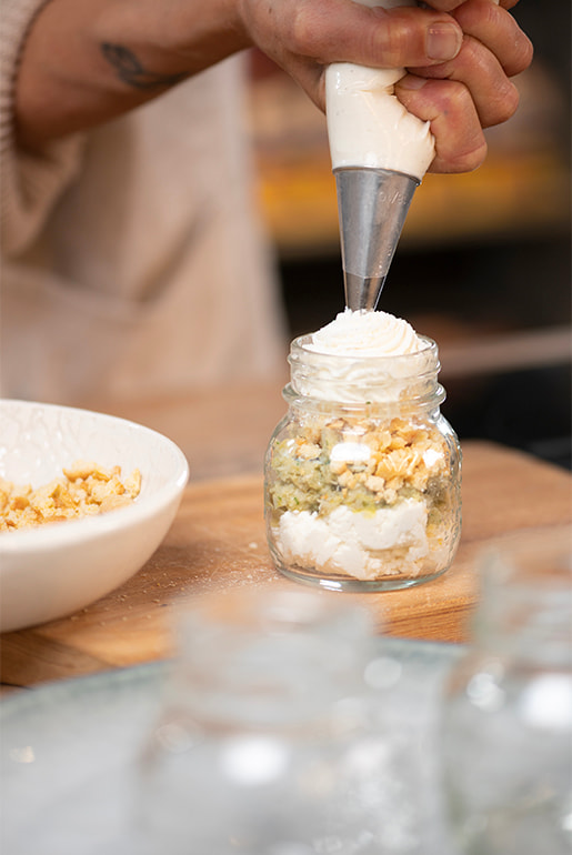 Small glasses with ricotta cream, artichoke pesto and Scrikki crumble