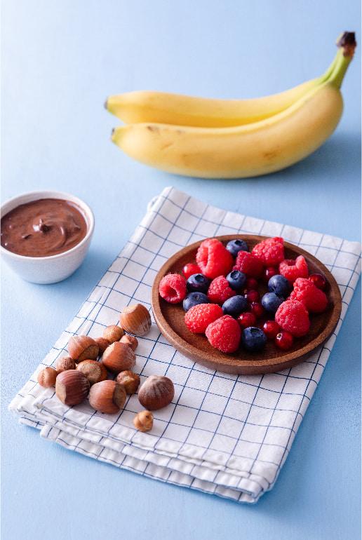 Nuvolatte classico con crema al cioccolato, banane, frutti di bosco e nocciole